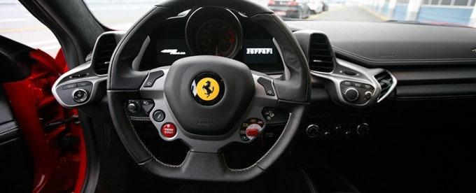Contratar una experiencia conducir un Ferrari
